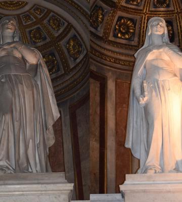 Statues et maître-autel à l'église de la Madeleine