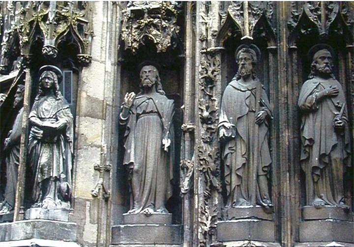 les statues des apôtres de la façade principale avant restauration