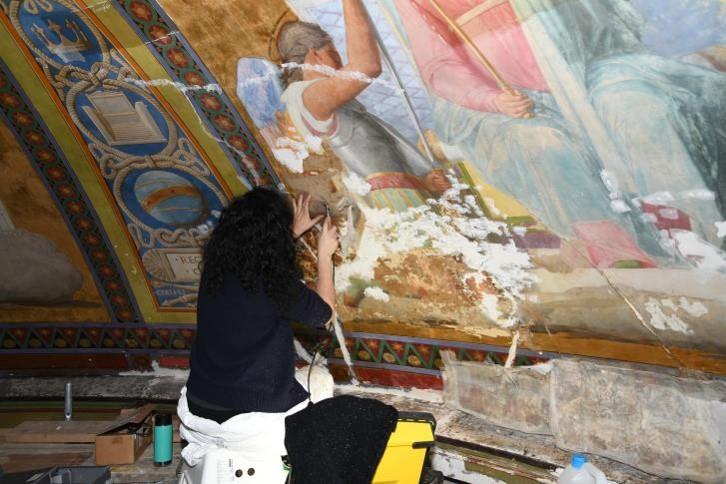 Restaurateur intervenant sur une des peintures murales